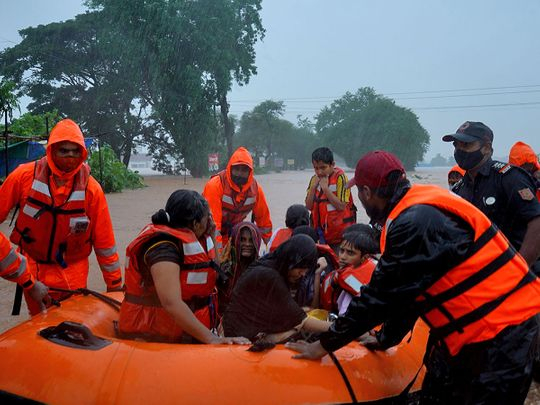photos:-scores-killed-in-india-landslides-while-floods-trap-more